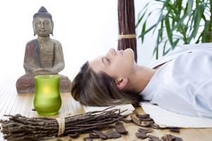 Frau bei Tibetischer-Massage