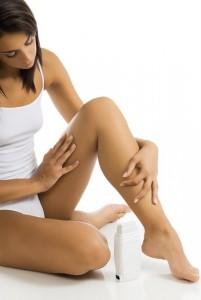 eine Frau massiert sich die Beine