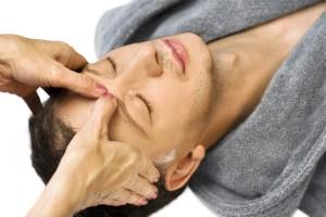 Mann bekommt eine Gesichtsmassage